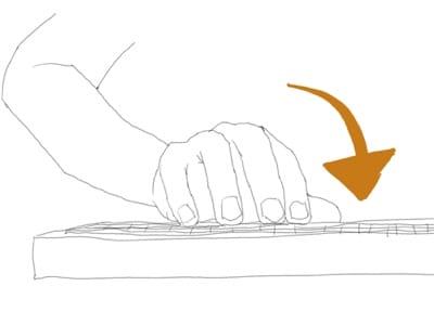 普通のキーボードの手の位置(横から)